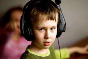 Chłopiec ze słuchawkami